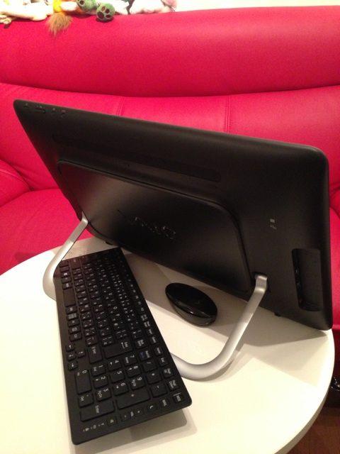 VAIO Tap 20 の後ろ姿。ソニーストア限定カラー ブラックのキーボードとマウス付き。オーナーメードモデル SVJ2021AJ: Core i7-3517U (1.90GHz), RAM 4GB, HDD 750GB.