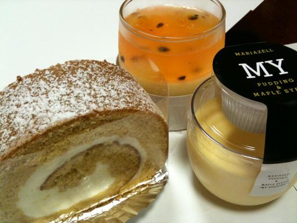 MARIAZELLのメープルロールケーキとか。オレンジ色のは柑橘類な感じで美味かった。 http://twitpic.com/25rw98