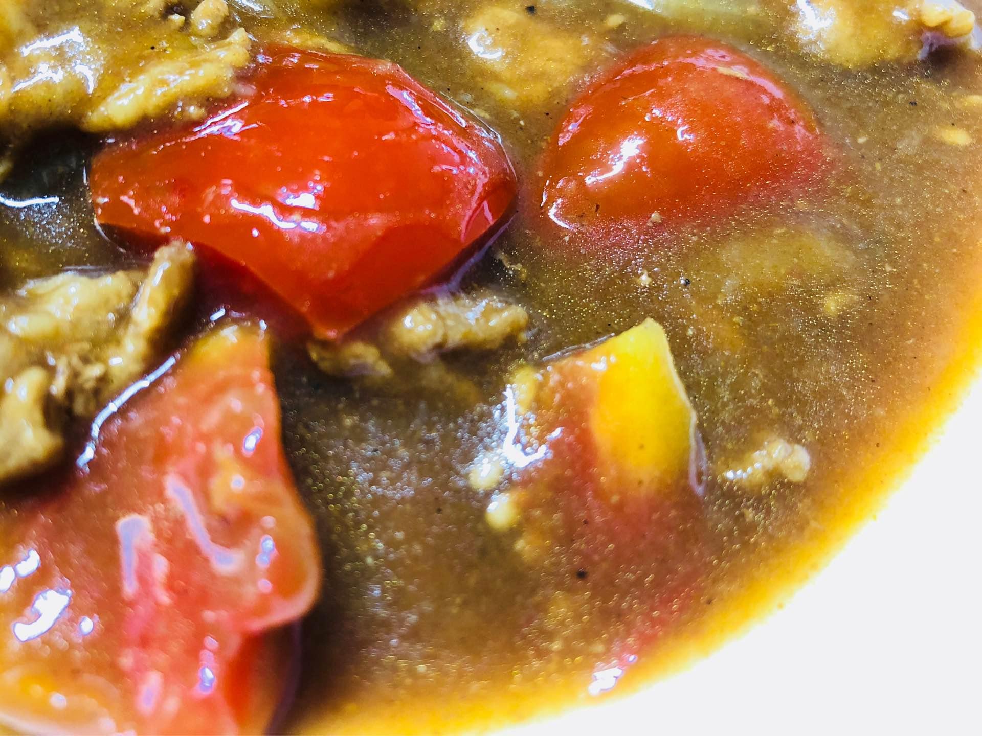 ルウを入れた後にトマトをたくさん入れたせいかだいぶ酸味のあるカレーになってしまった。あんまり食べたことのない味だけどまあまあ美味しい。 https://t.co/BaGRUAoVpQ
