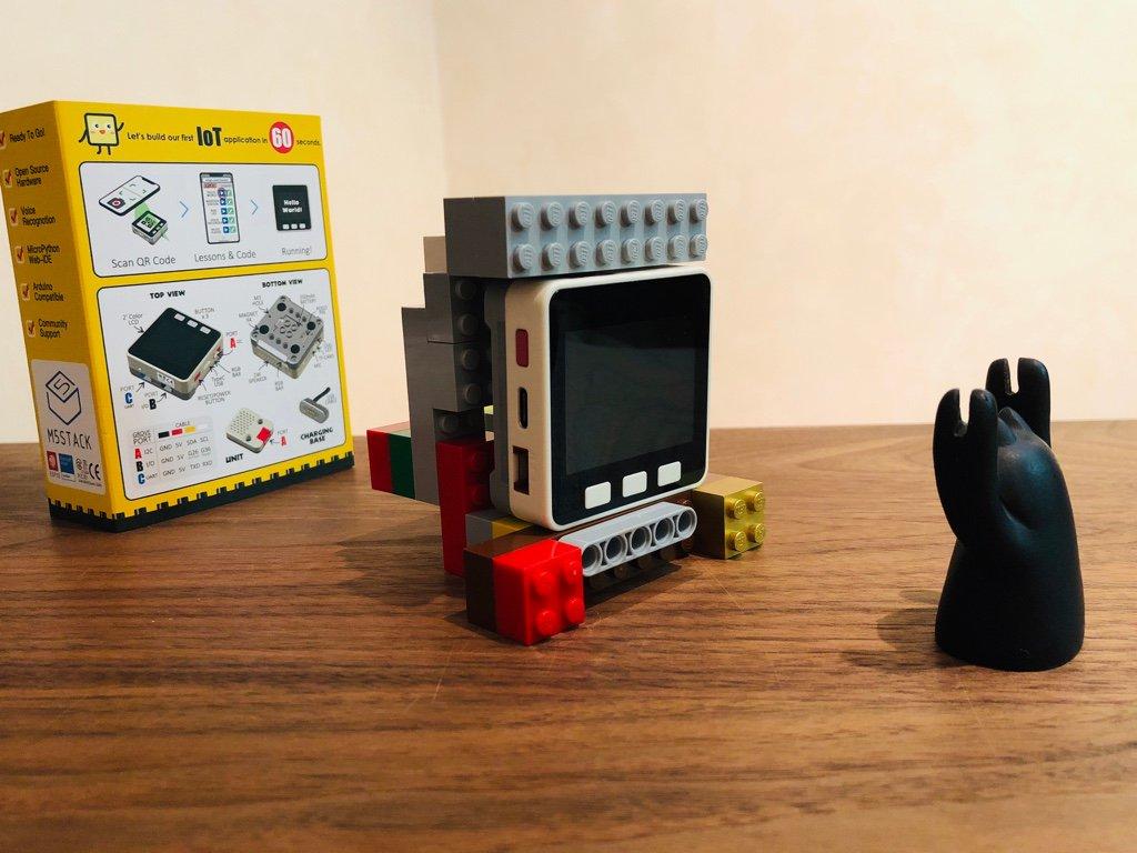 M5GO は LEGO 互換なので、試しにレゴブロックで台っぽいものを作ってみた (昨日) https://t.co/rwXyKZyu0L