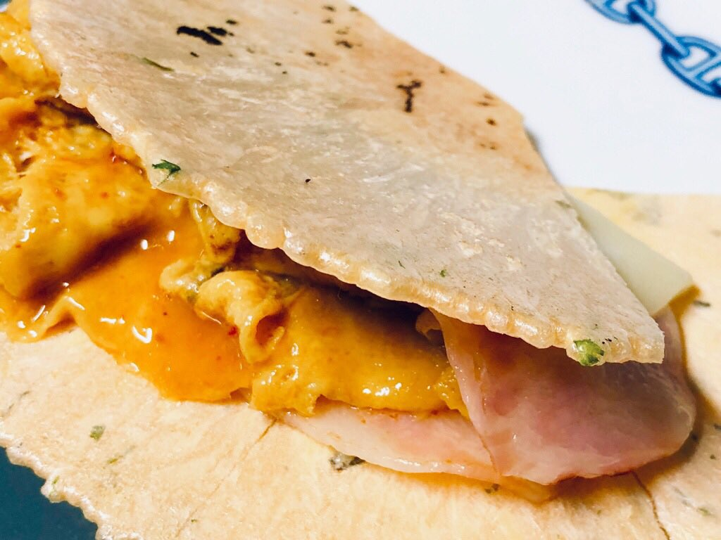 海老せんべいに半熟玉子、ベーコン、モッツァレラスライスチーズを挟んで「たません」(゚д゚)ウマー https://t.co/kSSjXFUIws