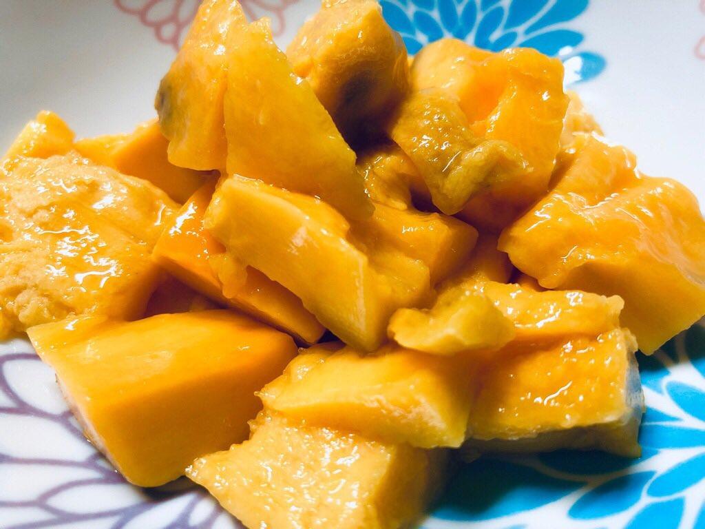 マンゴーを切ったのはじめて。マハチャノ種。見た目は微妙だけど甘くて美味しい(*´∀`) https://t.co/iV1O4SksVO