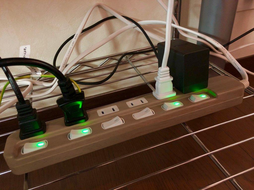 4ヶ月前に買った電源タップをようやく出して設置。木目だけど暗いところでの写真だとよくわからない。Amazonマケプレにて1588円で購入。  SAYBOUR SK-6AC0U 電源タップ 個別スイッチ 節電タップ おしゃれ省エネACコンセント 6個口LED PSE認証済 延長コード (2M, 木目調) https://t.co/4WmQzhw8Ov https://t.co/AT3ffo4jeY