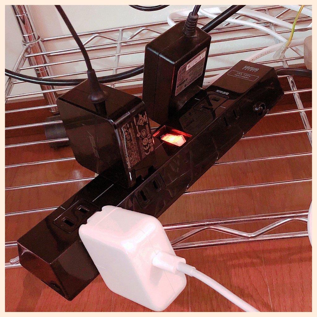 これも4ヶ月前に買って放置してた電源タップ。Amazonにて1118円で購入。  サンワサプライ ACアダプタ取り付け術 TAP-B40BK ACアダプタ対応レイアウト 電源タップ 9個口・2P・2m 一括集中スイッチ付き(6口対応) ブラック | サンワサプライ | 電源タップ 通販 https://t.co/yU7YZsLAaF https://t.co/egVJGUNqcp