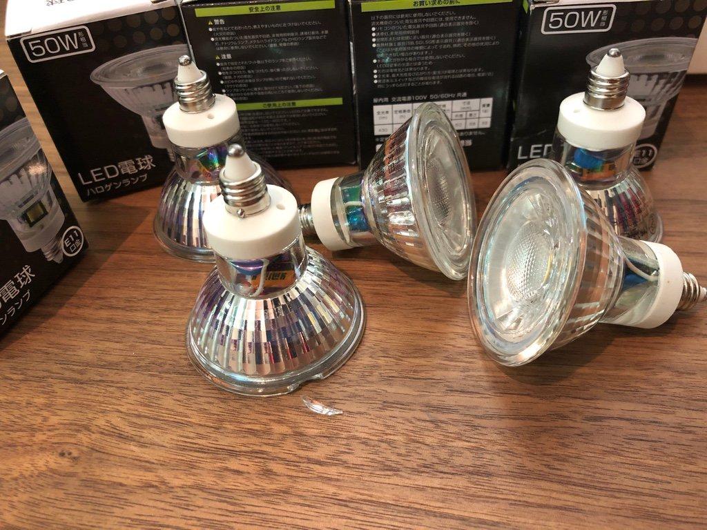 Amazonマーケットプレイスにて2200円で購入。Amazon's Choice だけど残念ながら1つだけ破損してたので交換を依頼。残り4つはちゃんと点灯する。  LEDスポットライト E11 LED電球 50w形 電球色 ハロゲンランプ 耐熱ガラス(電球色 5個入り)   xydled   LED電球 通販 https://t.co/VUVAH1YdhB https://t.co/ADGMS6VRto
