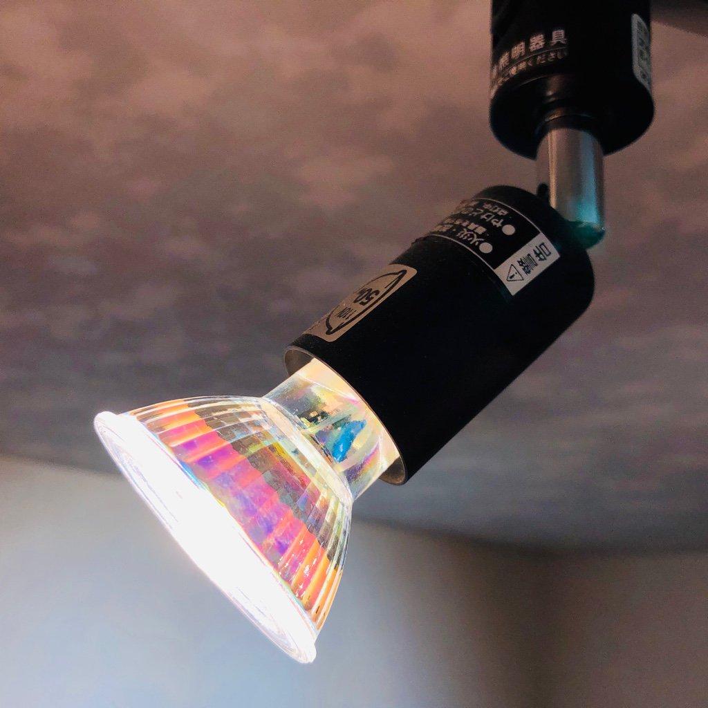 朝日電器 ELPA LRS-H50B に LED電球 50W形相当 ハロゲンランプをセット (LEDなのにハロゲンランプなのだろうか・・・)。電球側面に「(株)丸田 5W 100V 50/60Hz E11-GL-5WW-5 3000K」って書いてある。  LEDスポットライト E11 LED電球 50w形 電球色 ハロゲンランプ 耐熱ガラス https://t.co/VUVAH1YdhB https://t.co/uHJBUTF8z8
