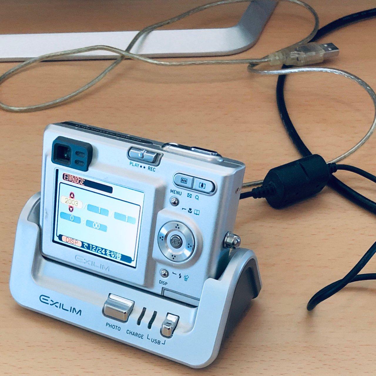 2003年に購入した320万画素のデジタルカメラ CASIO EXILIM EX-Z3 さすがにもう使いみちがない。いま自分がメインで使っているスマートフォン iPhone X は1200万画素らしい。 https://t.co/mRX8VygtB0
