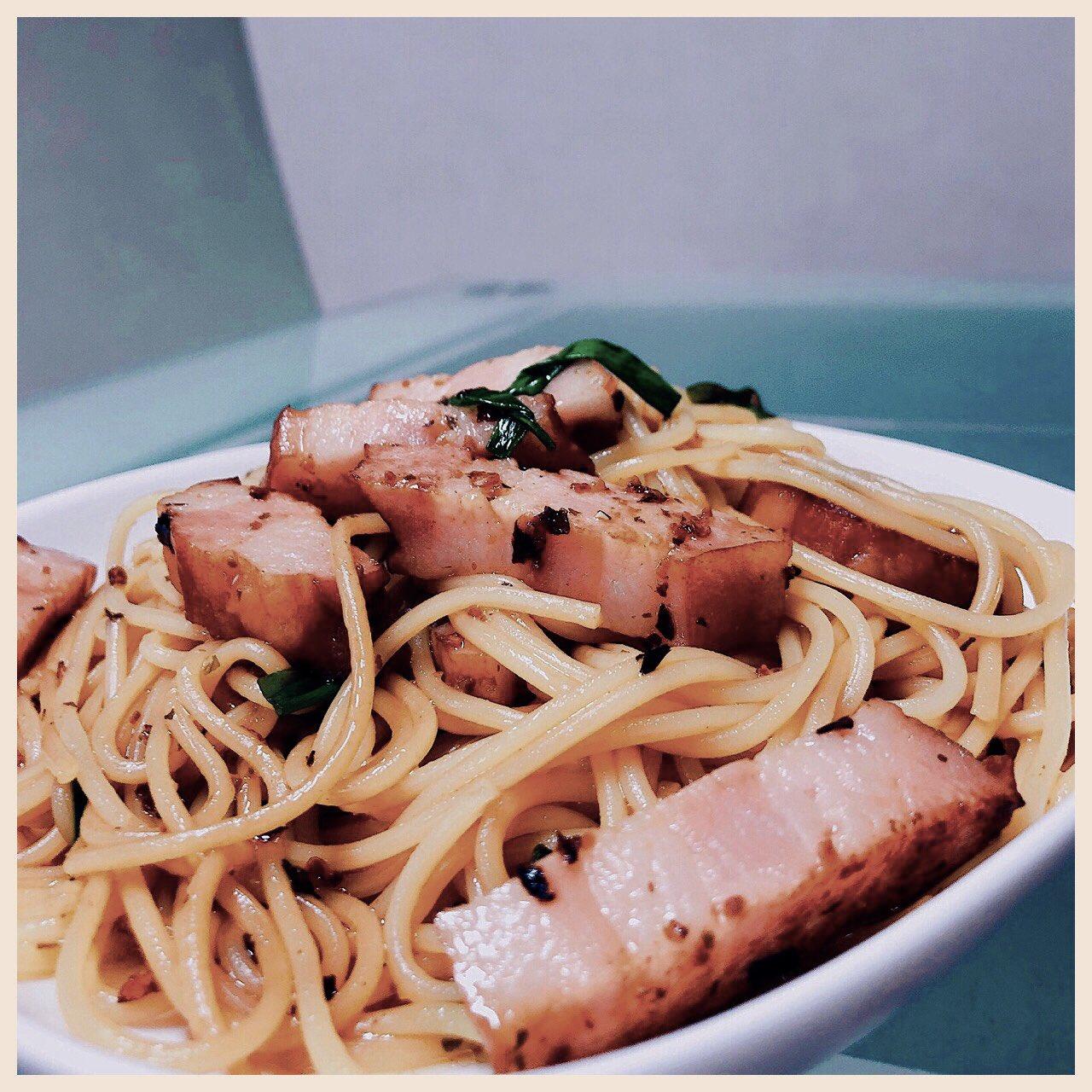 ペペロンチーノ食べたいと思って作りはじめたけど和風味がいいなと思って醤油・白出汁・味醂を足したら美味しい。唐辛子の辛味も良い。久々に庭からネギを収穫して使った。3分で手軽に茹で上がるスパゲッティのおかげでよくスパゲッティ作るようになってる(*´∀`) https://t.co/ZSdbNaQ2Mc