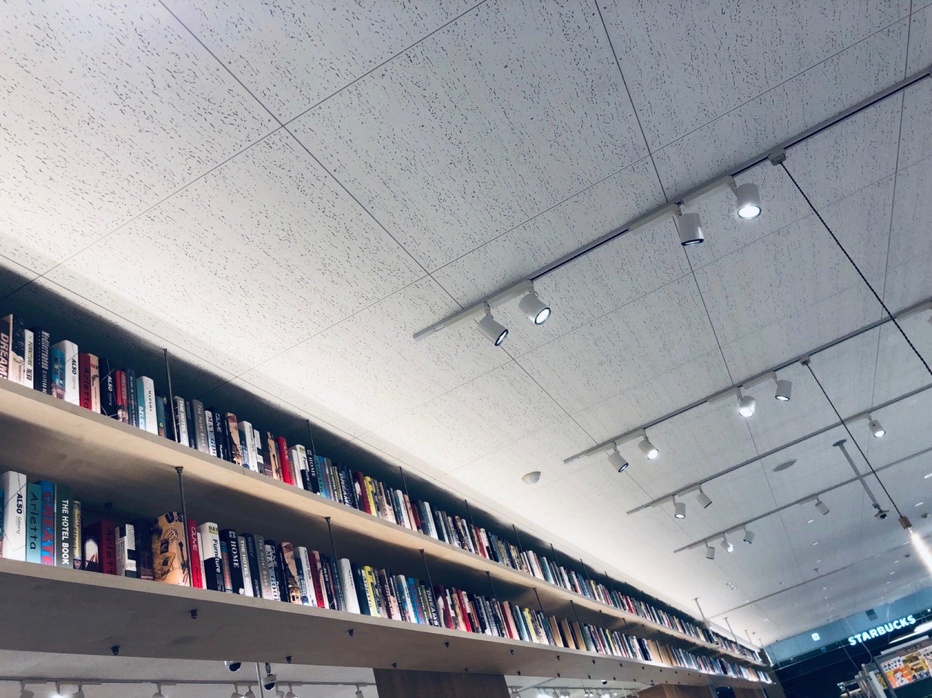 本みたいなのがたくさん並んでるけど中身が無くて飾りっぽい。 (@ TSUTAYA 春日井店 in 春日井市, 愛知県) https://t.co/qt1Jh1FJI2 https://t.co/9ZiPMrSEBY