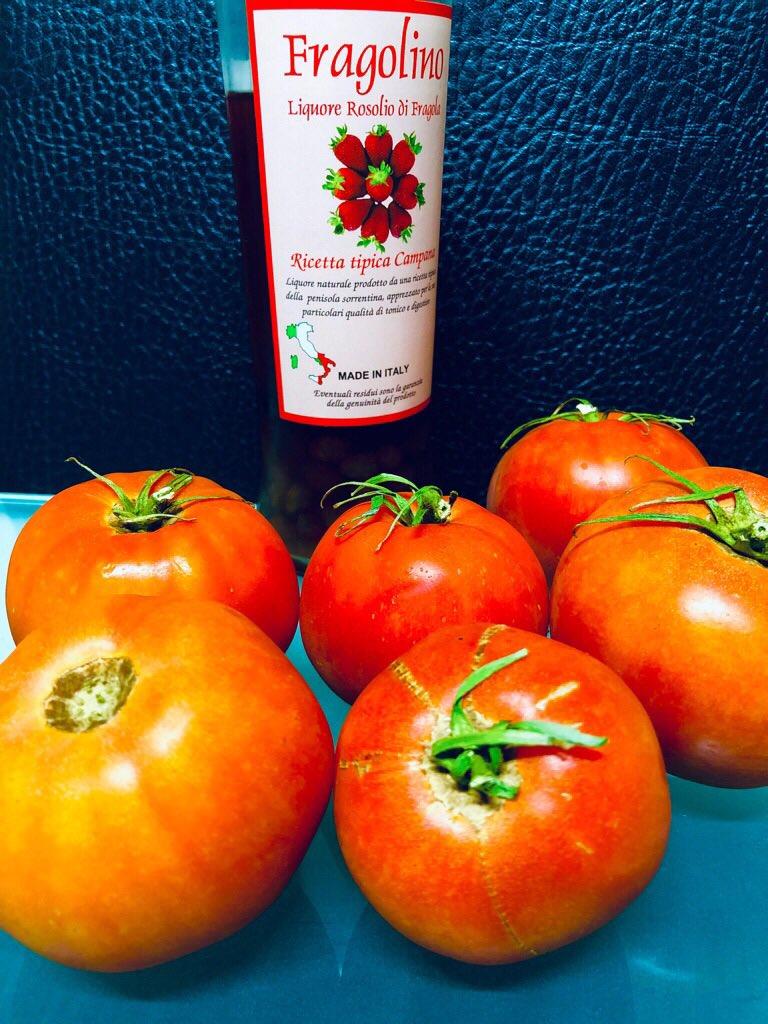 近所の畑からもらったトマトとFragolinoいちごリキュール。 https://t.co/7lmYytDzqq