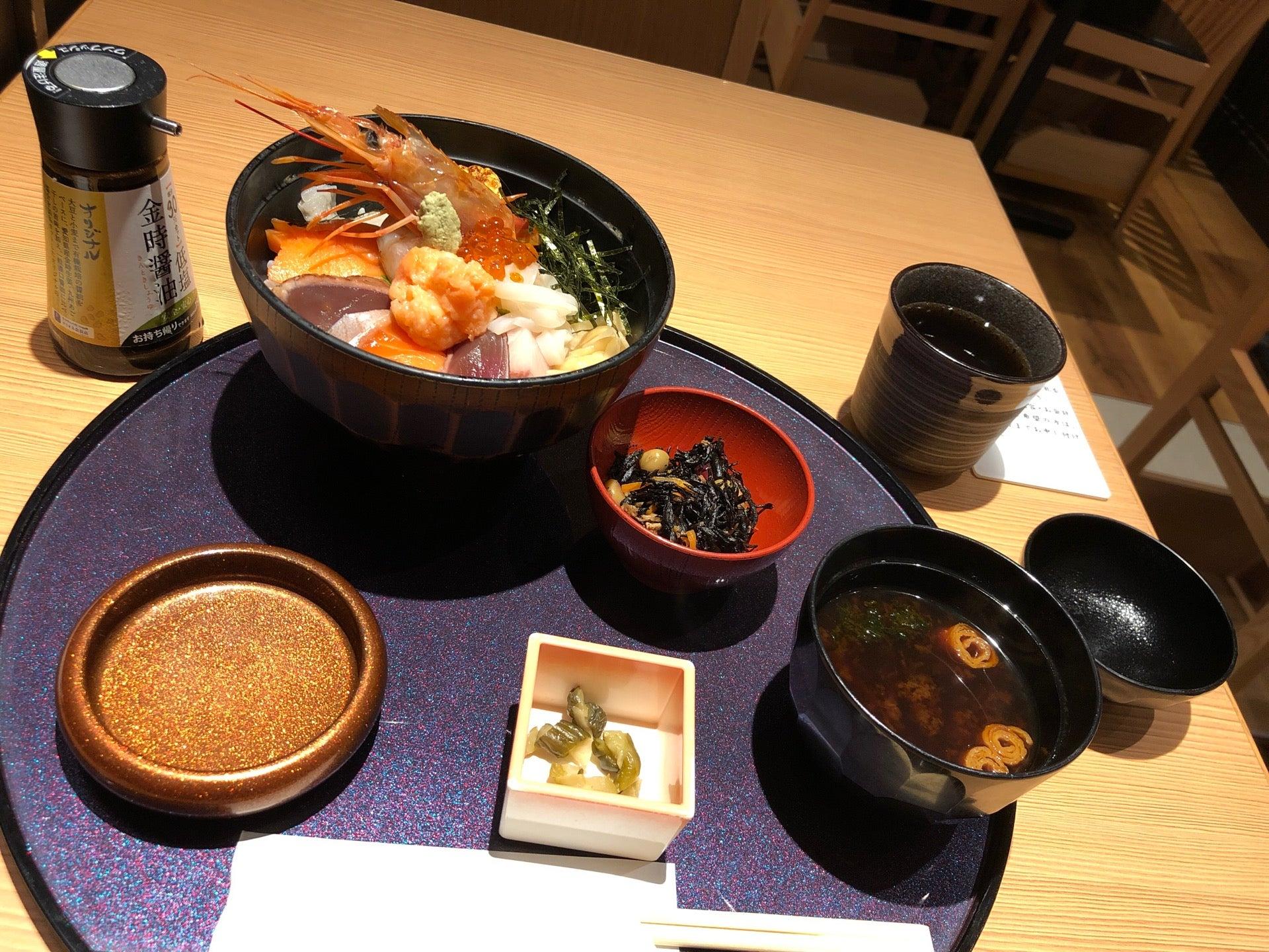 いろどり海鮮丼。ワサビ醤油の皿がキンキラキン( ゚∀゚) (@ 和食バル 音音 名古屋JRゲートタワー店 - @oto_nagoya in 名古屋市, 愛知県) https://t.co/y9ou72kcHF https://t.co/pW1oYPBz2X