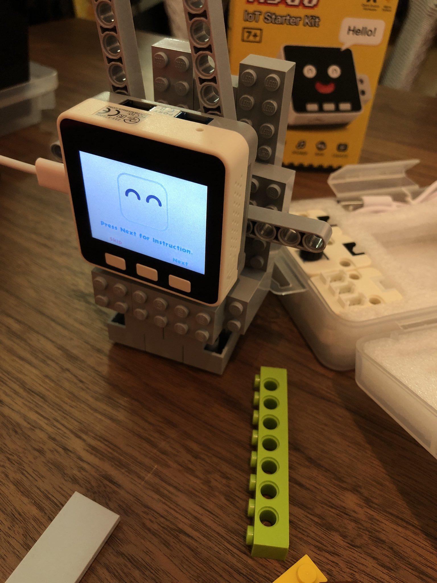 昨日ウチの子が作りかけてた M5GO で TV台ぽいやつ。1年ぶりに箱から出して使い始める。前回はネット接続がうまくできなかったので面倒になって放置してた。 https://t.co/C8ErHI1lJ8