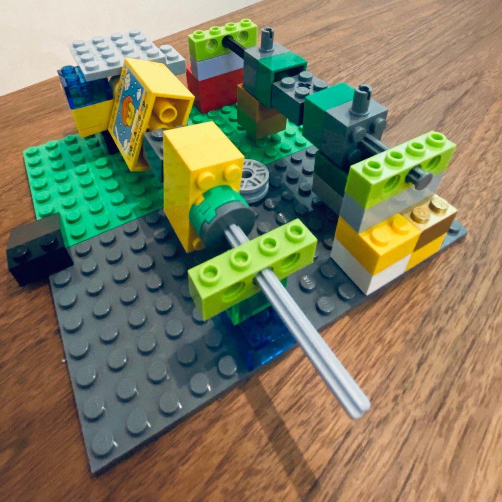 バーベキューかなーと思ったらサッカーゲームらしい。もうちょっとレゴブロック配置をチューニングしたらちょっとは遊べた。 https://t.co/HhC0TwYwGa
