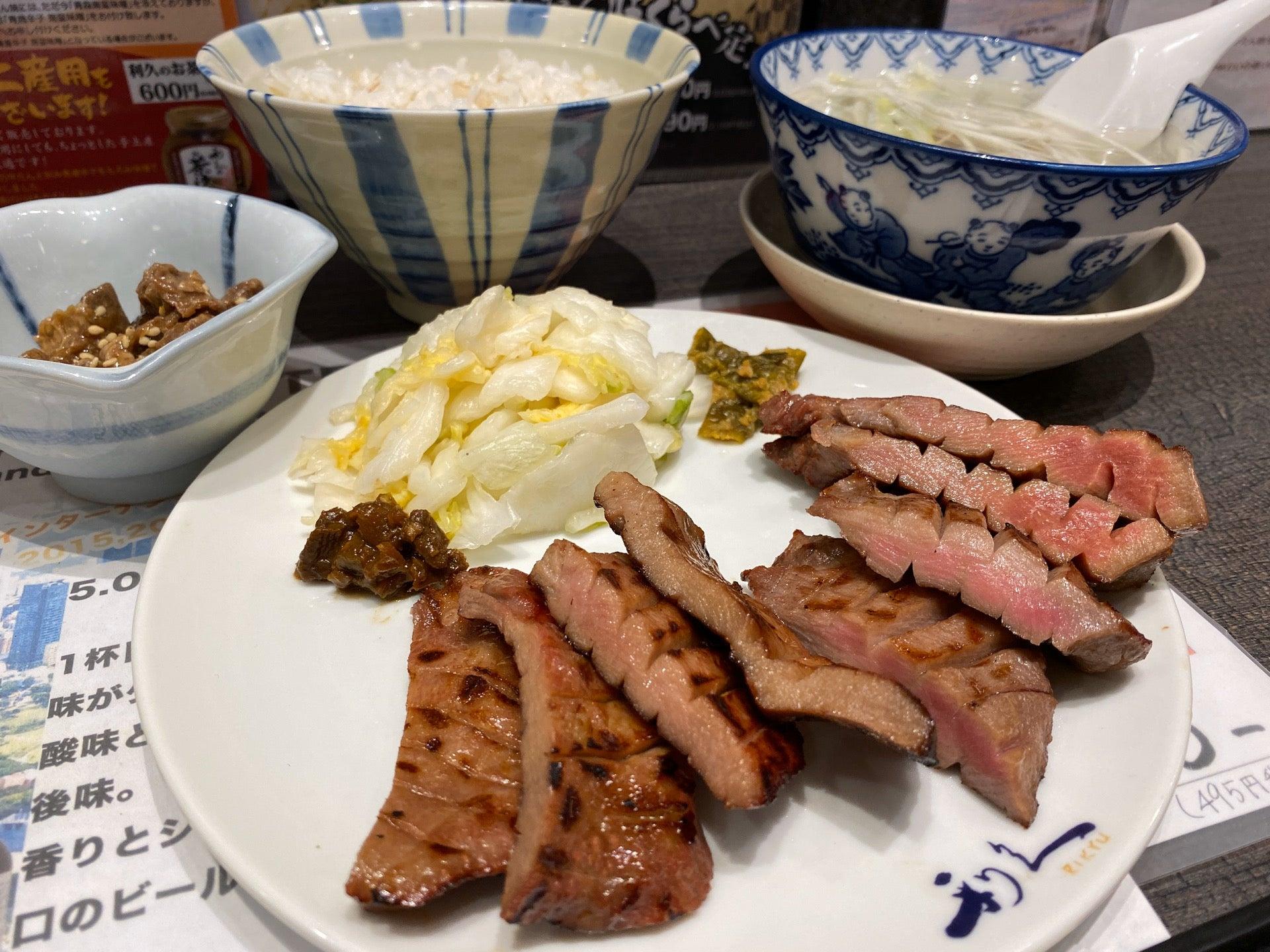 牛たん味くらべ定食、定番の塩味と味噌味。麦飯、テールスープ、小鉢は牛たん佃煮。 (@ 牛たん炭焼 利久 in 名古屋市, 愛知県) https://t.co/8Rz1rUnJqg https://t.co/bRBko1lFx0