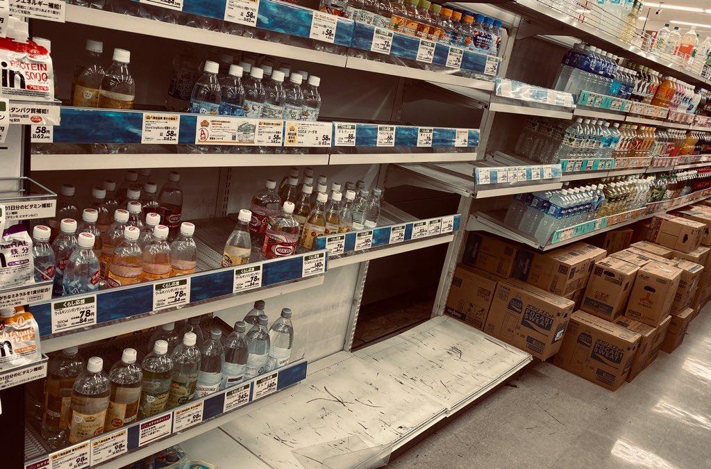 イオン、飲料水のところだけぽっかり空いてる。残ってないね。 https://t.co/BkThbn7Pte