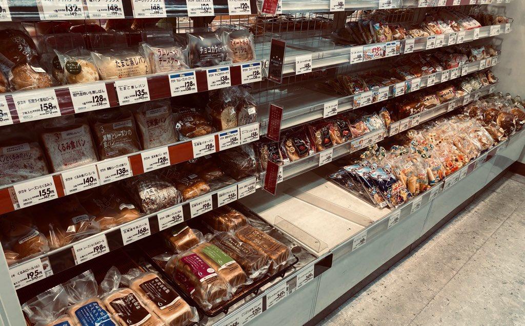 イオンで一部のパンだけが売り切れてる。売り切れてるのは長持ちするコモのパンがほとんど。台風対策で買われた感がある。 https://t.co/v426ezbQoW