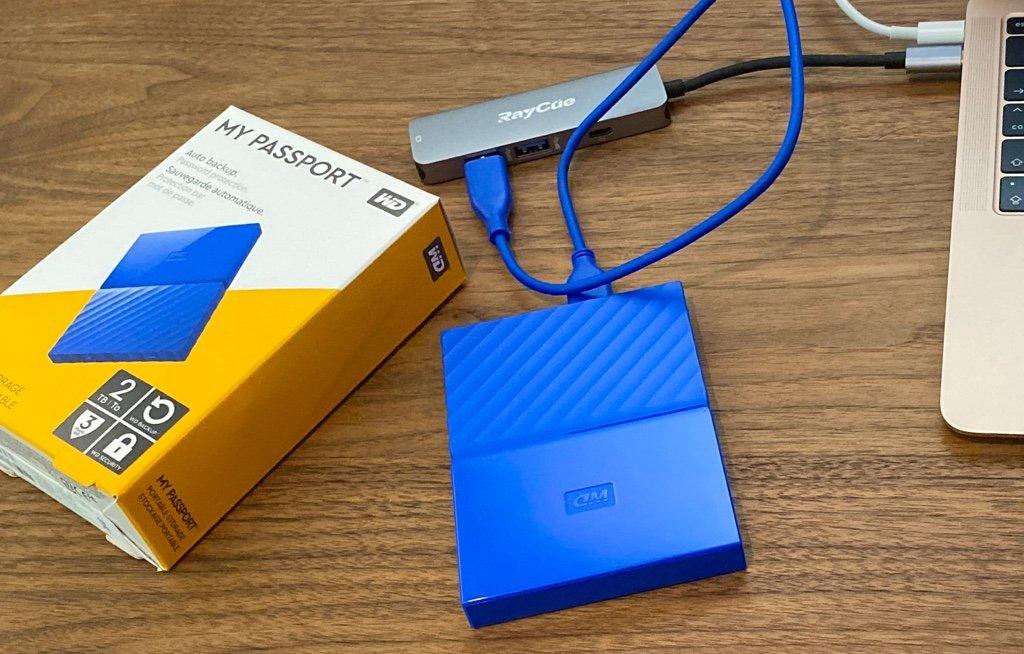 Amazonで7ヶ月前に9480円で購入したけどいま見たら8980円。  「付属品:USB 3.0ケーブル(長さ:46cm、コネクタ形状:A-MicroB) 各種ソフトウェア(ドライブ内に保存)」  WD HDD ポータブル ハードディスク 2TB USB3.0 ブルー 暗号化 3年保証 My Passport WDBS4B0020BBL-WESN https://t.co/ALTFjIpUcm https://t.co/oSzz4riO4N