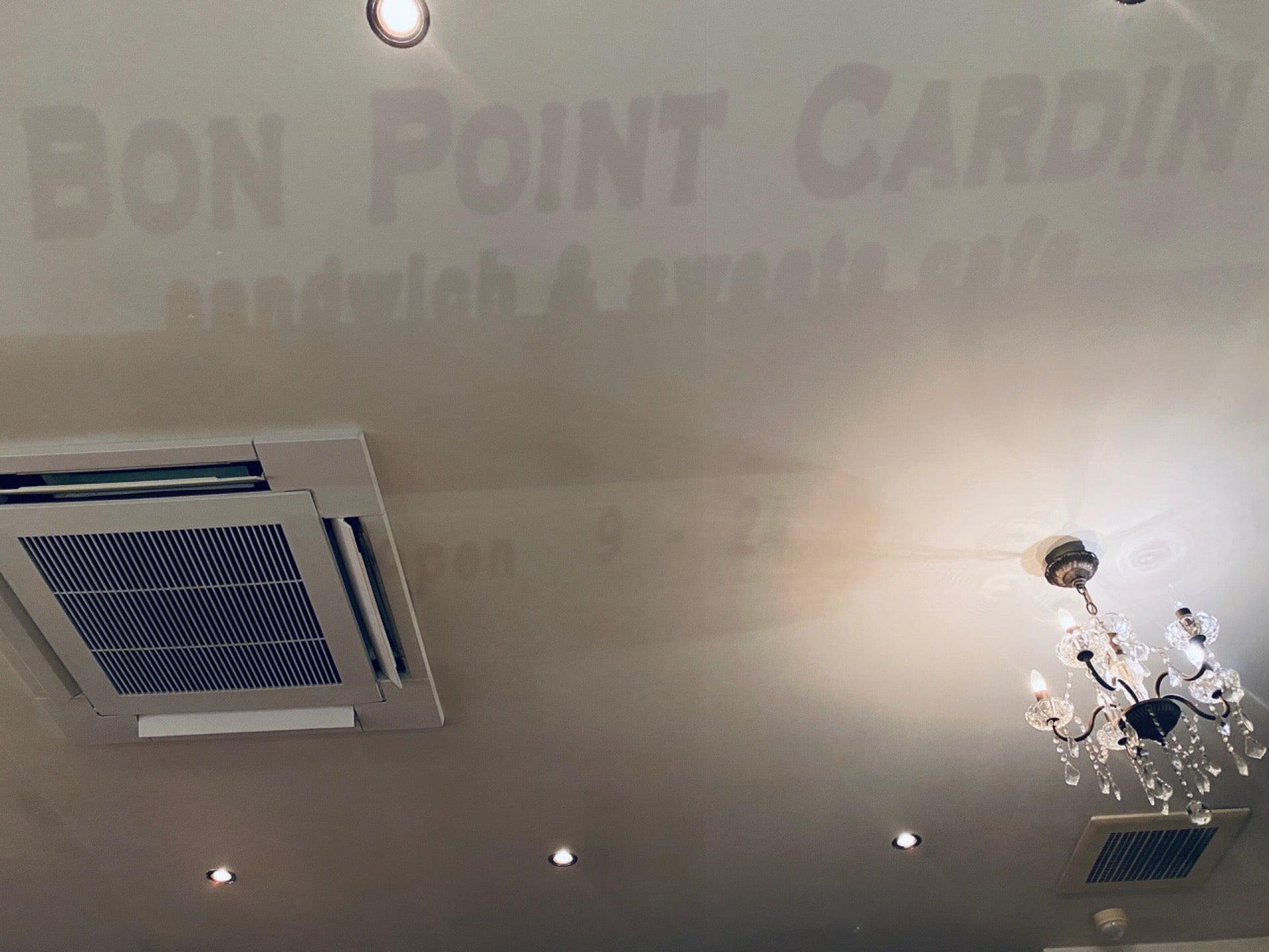 偶然なのか、窓に書いてある文字が外灯に照らされて天井に浮かび上がる。 (@ ボン・ポアン・カルダン in 岩倉市, 愛知県) https://t.co/e0aSs4k1hl https://t.co/qFLNvlrHZd