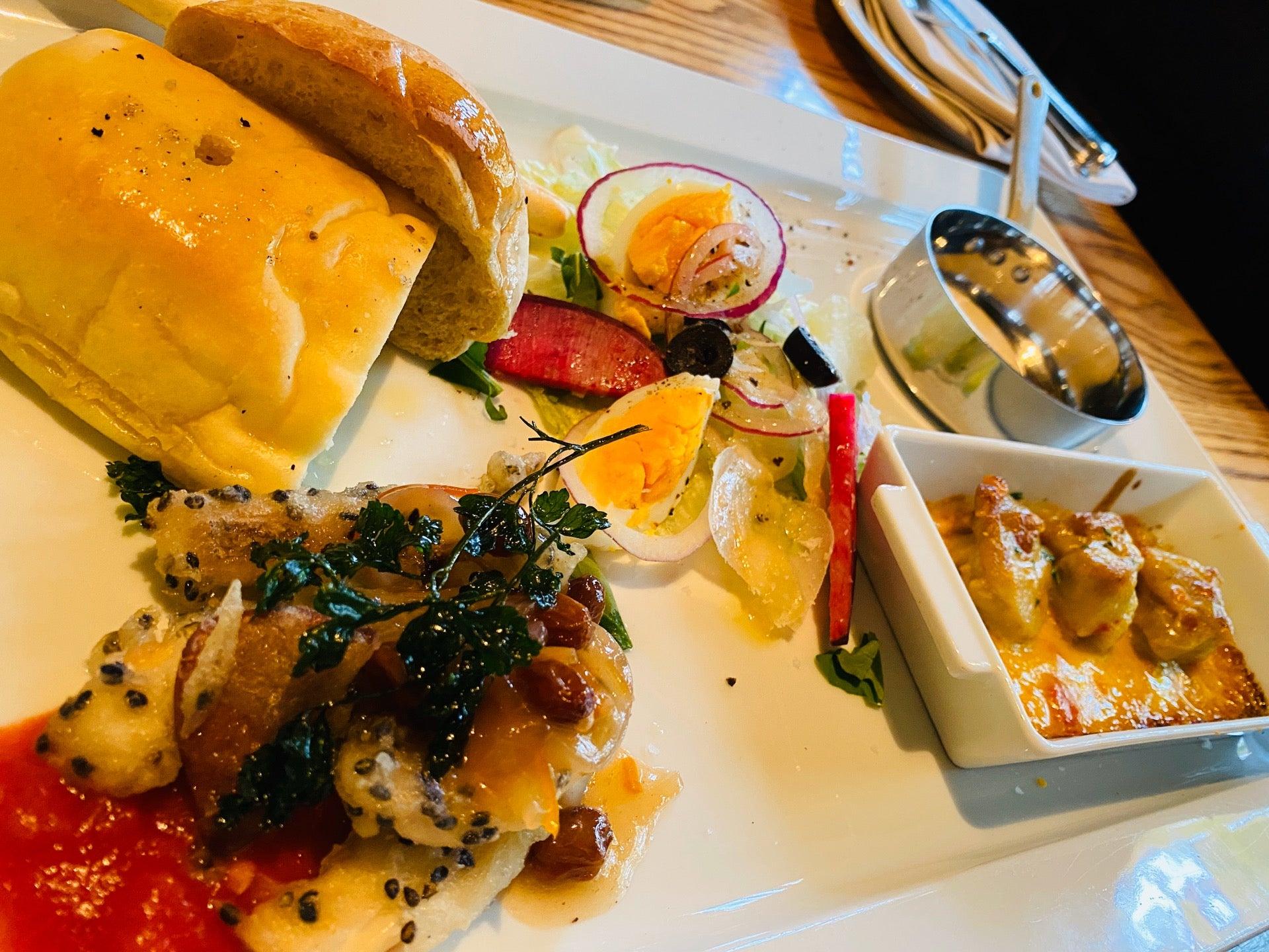 前菜(゚д゚)ウマー イカの胡麻フリット、鶏肉カレー焼き、ニース風サラダ、フォカッチャ。 (@ イタリア料理 Kan in 小牧市, 愛知県) https://t.co/1cn4BXUJ0t https://t.co/tqtIjMcxAE