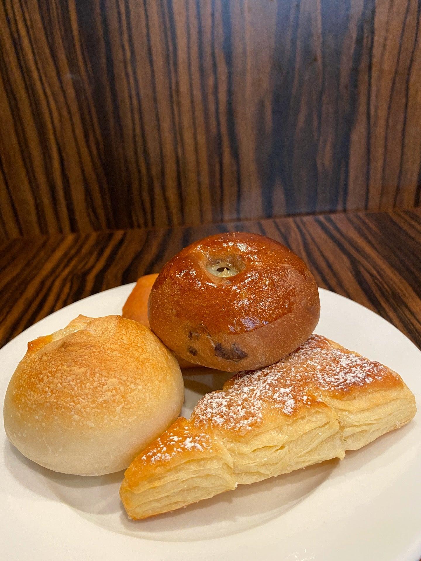 チョコバナナロール、もみの木パン、ゴルゴンゾーラパン、グラタンパン。 (@ BAQET エアポートウォーク店 in 豊山町, 愛知県) https://t.co/0JmHb5RaGz https://t.co/zJebGZ7npe