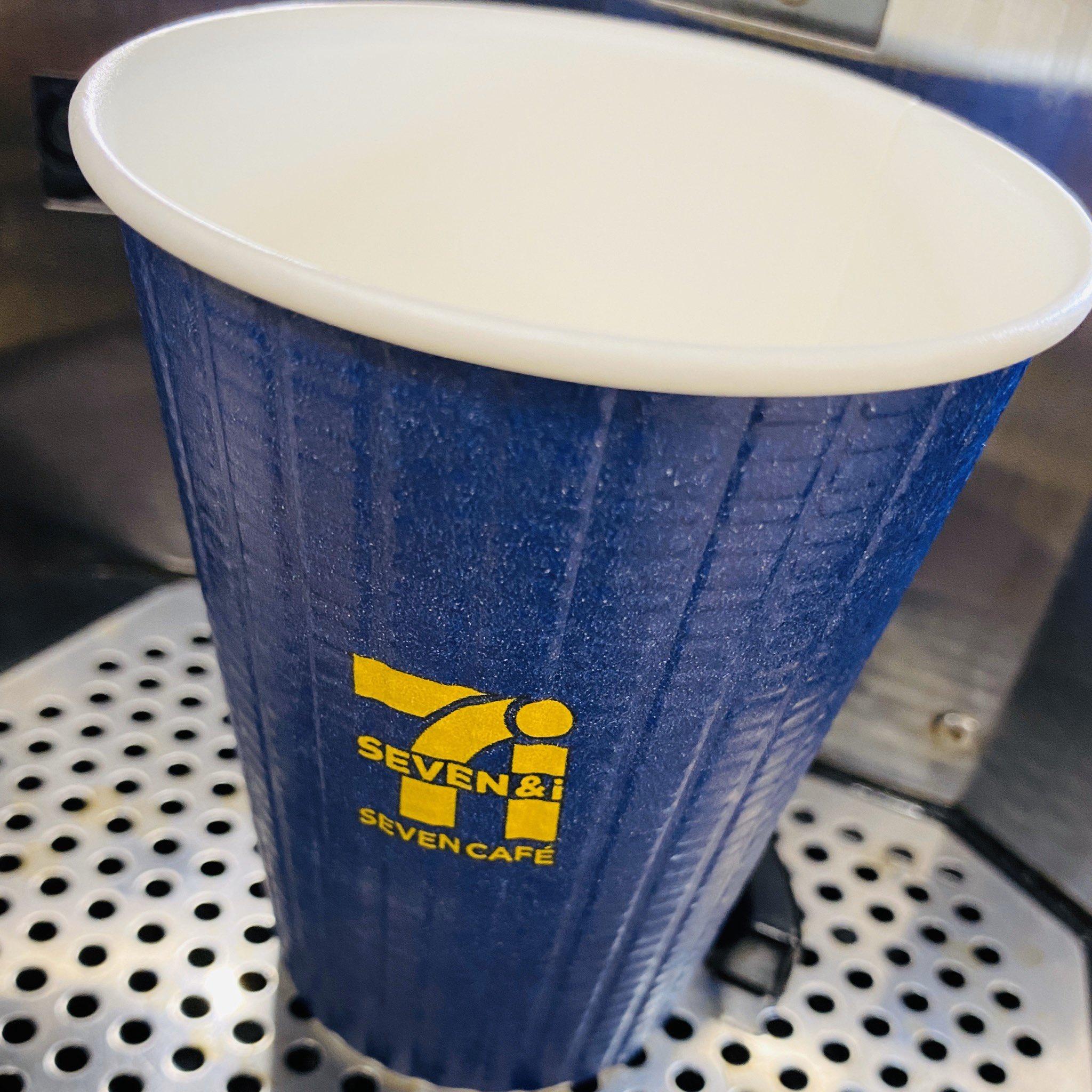 セブンイレブン SEVEN CAFÉ 青の贅沢。贅沢っていう割にはお安い( ゚∀゚) イタリアンローストなキリマンジャロ豆をブレンドした珈琲。カップを置くと自動でカップのサイズを認識してくれる。画面をタップするか放置しておくかで珈琲が出てくる。 https://t.co/b2zveApCM0
