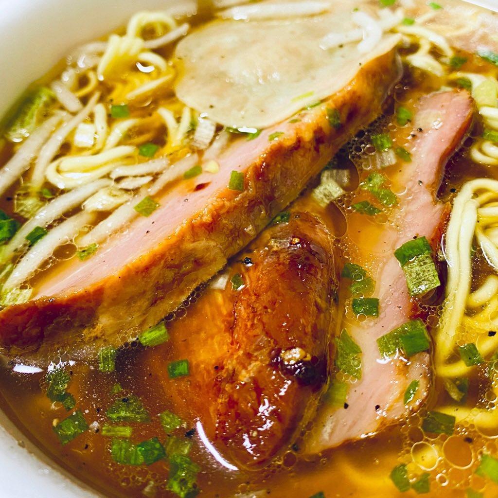 カップ麺にチャーシュー乗せて(゚д゚)ウマー 鳥取ゴールド牛骨ラーメンうまいなー🍜 https://t.co/PGYfrllfYe