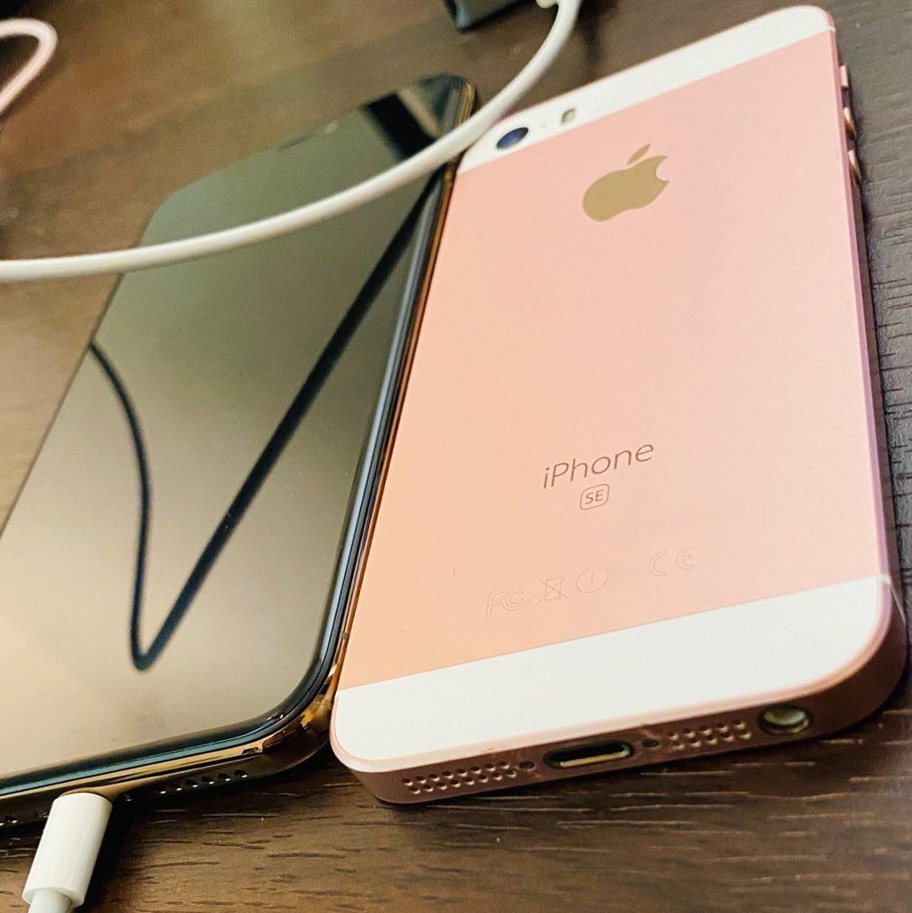 iPhone 11 Pro VS iPhone SE https://t.co/lVN2aBdkmj