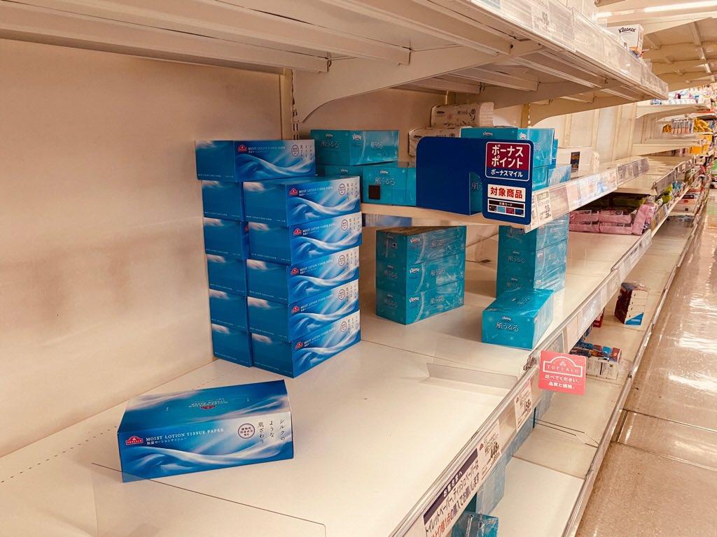 イオンの棚(;´∀`) トイレットペーパー、キッチンペーパー、マスク、手消毒アルコールとかだいぶ無い感じになってる。 https://t.co/vy9pgvJt8q