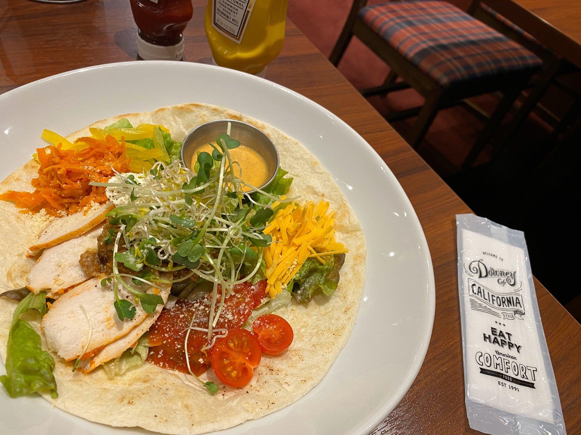 California Cobb Salad カリフォルニア コブ サラダ トルティーヤちぎってつつんでたべる (@ カフェダウニー JRゲートタワー店 in 名古屋市, 愛知県) https://t.co/XhcgtrBWDX https://t.co/m4L58P7zMC