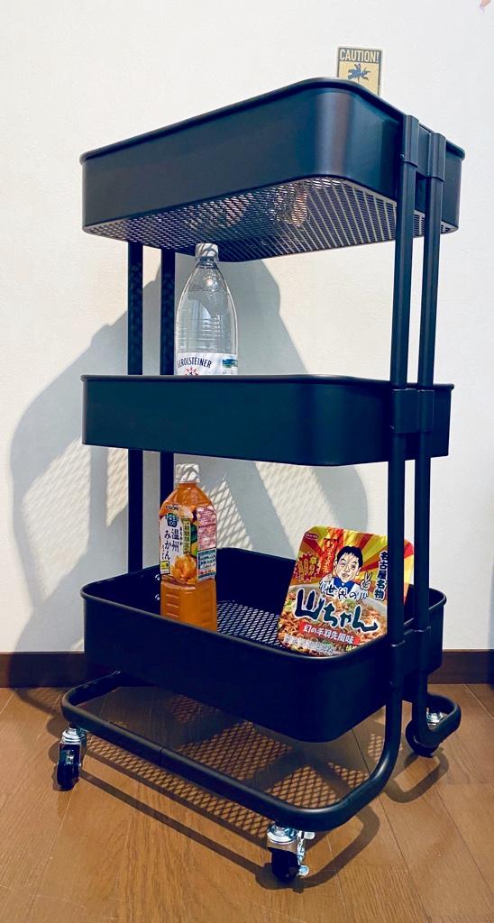 アイリスプラザ キッチンワゴン KW-L001。Amazonマケプレにて3480円で購入。キャスターが1つちょっと浮きかけてたり、差し込むだけの部品がぐらぐらしてたり(;・∀・) でも食品を入れておくには問題なさそう。棚1つ耐荷重20kg、3つで60kgまでOKらしい。 https://t.co/LOK3sXfi2I