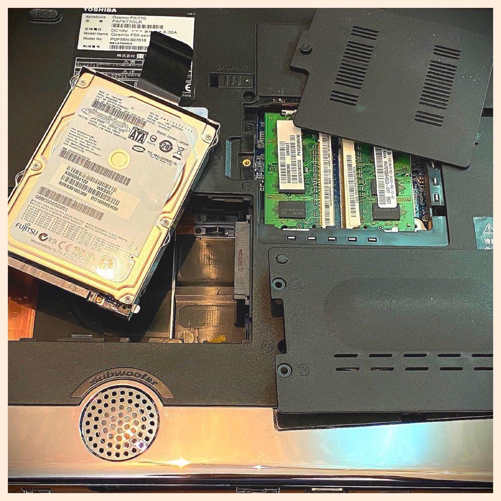 TOSHIBA dynabook Qosmio FX/77G PAFX77GLR のハードディスクドライブさくっと外せた。これで別マシンからデータ消去とか物理的破壊もできそう。 https://t.co/b32eGH0Aut