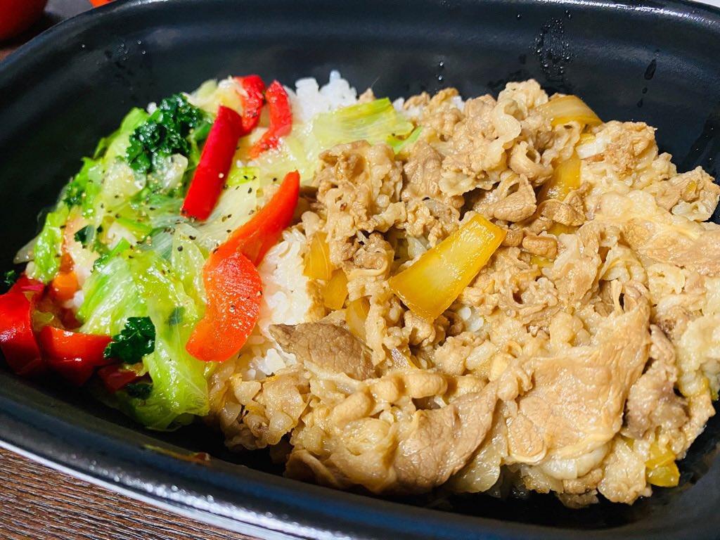 すき家 期間限定 ケールレタス牛丼 (゚д゚)ウマー 思ったより塩ダレの味が強くなくて食べやすい。並盛りだけどわりとご飯おおいな。 https://t.co/by85QaZWdp