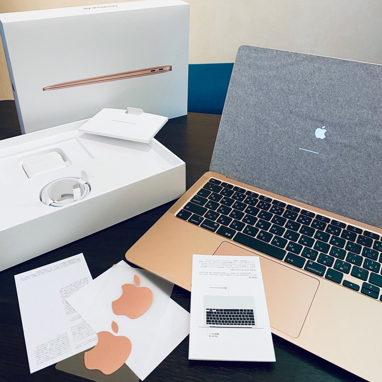 MacBook Air 2020 開けたらすぐに電源が入ってびびる(;´∀`) そういえばこういうのだったわ。 https://t.co/4nF0BKG0AS
