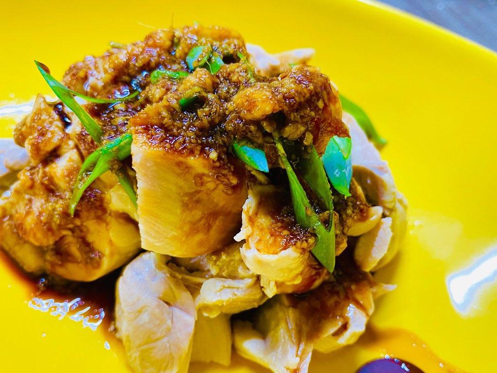 茹で鶏肉の生姜醤油和え。さっぱりした鶏肉が食べたくなって。ネギは庭から採ってきた。 https://t.co/0LcOtrKqaM