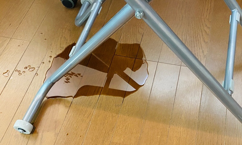 帰宅したら妙なニオイがする・・・ ニトリの昇降テーブルがお漏らししていた(;・∀・) https://t.co/ZfitkFQL9Y