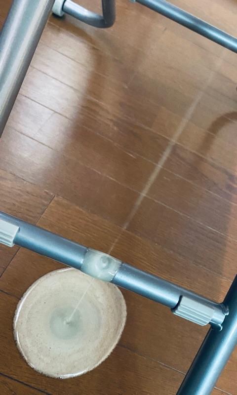 オイルまみれの床をひととおり拭いて、昇降テーブルが邪魔にならないように折りたたんでおこうとしたらまたプシューとオイル漏れ(  ;∀;) 9年使ったニトリの昇降テーブルさん、さようなら・・・ さいきんは仕事用の机として使ってたから代わりの机を探さないとなー https://t.co/UpQ6o6aouH