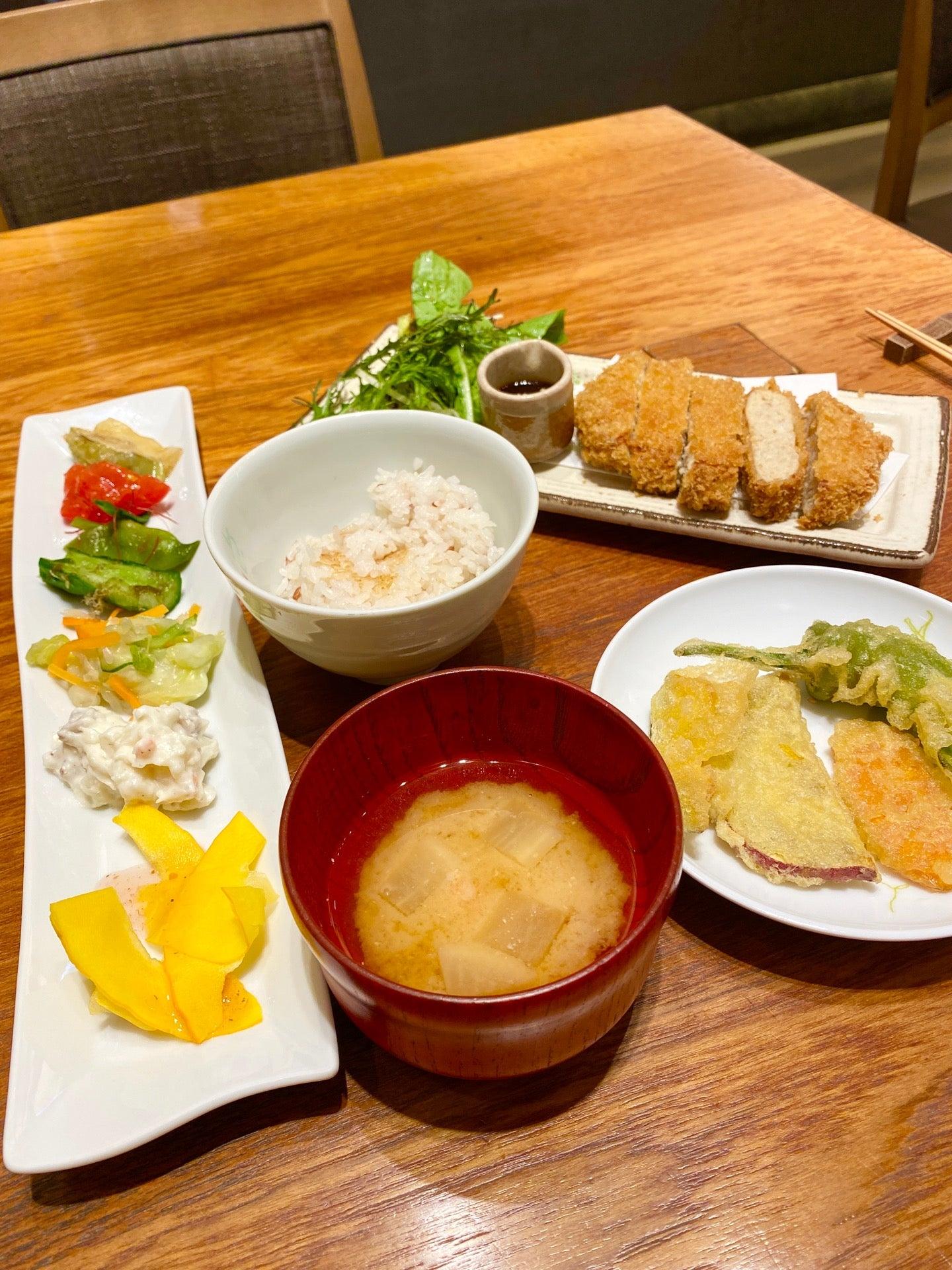 鶏と豆腐のふわふわ味噌だれメンチカツ。味噌うまい。野菜天ぷらやサラダとか食べ放題なので好きなように持ってくる。 (@ やさい家めい 名古屋店 in 名古屋市, 愛知県) https://t.co/CAijBC5zhQ https://t.co/vuFnIwj9G6