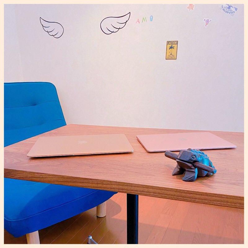 部屋で使ってた昇降テーブルが壊れてしまったので、代わりにカフェテーブルを置く。これ買ったのもう4年前なのか。 https://t.co/3ZIB4Mb2z2