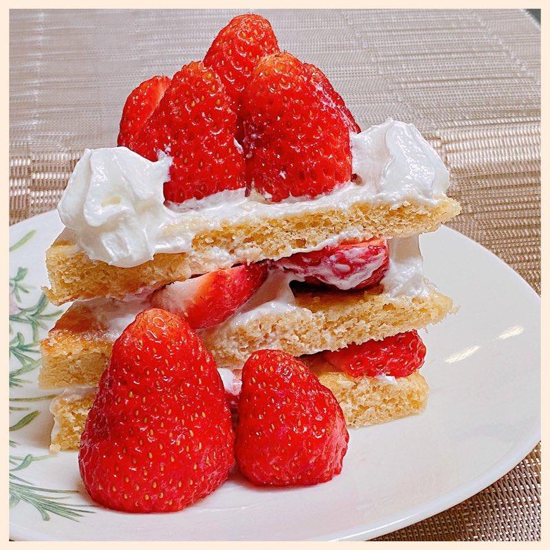 近所の畑で採れたいただきもののイチゴを手づくりケーキにトッピング(∩´∀`)∩ウマー https://t.co/FeEPM1gubv