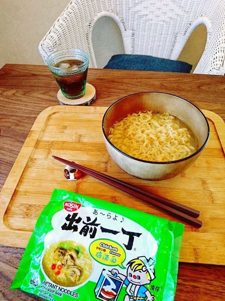 日清 出前一丁 チキン味  アジアンテイストね ( ´∀`) 塩ラーメンぽくて食べやすい。ごまラー油っぽいオイルもちゃんと付いてる。 https://t.co/tG4cpzbqwv