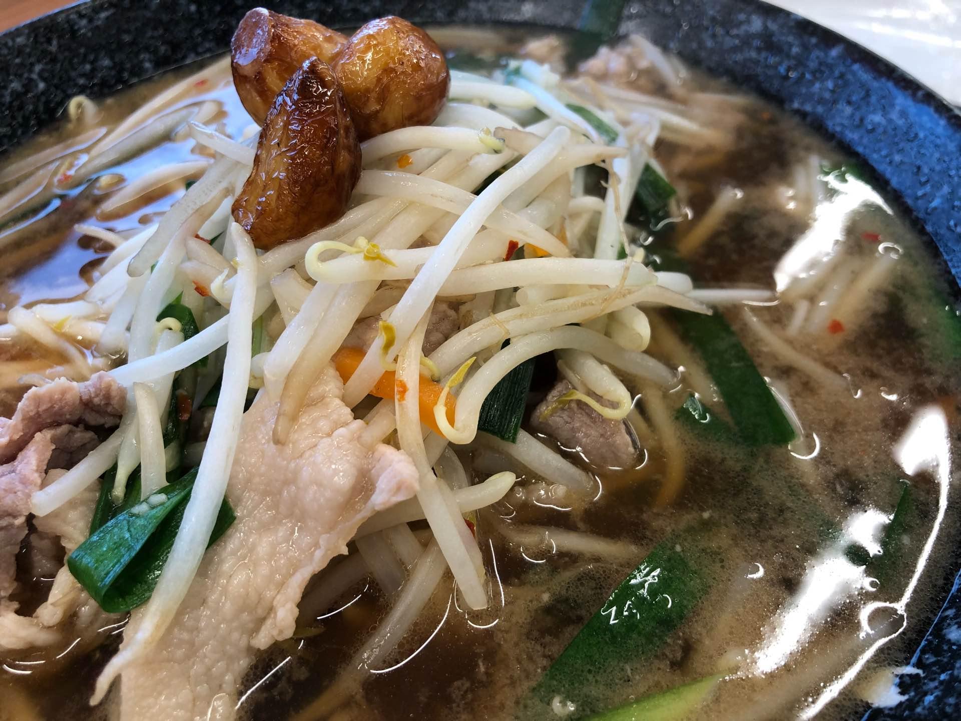 餃子の王将 東海地域限定メニュー 元気にんにくラーメン 醬油味  これは東海地区発祥のベトコンラーメン風。ニンニクは3片入ってた。自分が知ってるベトコンラーメンより少しあっさりしたスープ。ベトコンラーメンはもっと辛かった気がする。まあ美味しい(*'ω'*) https://t.co/QiNt5IPPxf