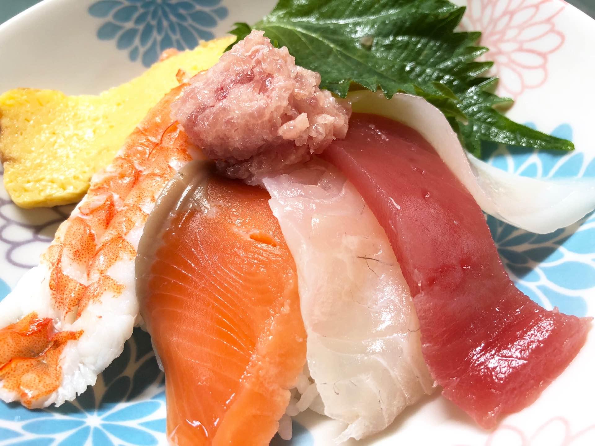 炊きたてのご飯に刺身を乗せて海鮮丼 (゚д゚)ウマー  海鮮丼のご飯は、冷たい酢飯派が多い気がするけど、自分は温かいご飯派。 https://t.co/ZVKWbVvLv6